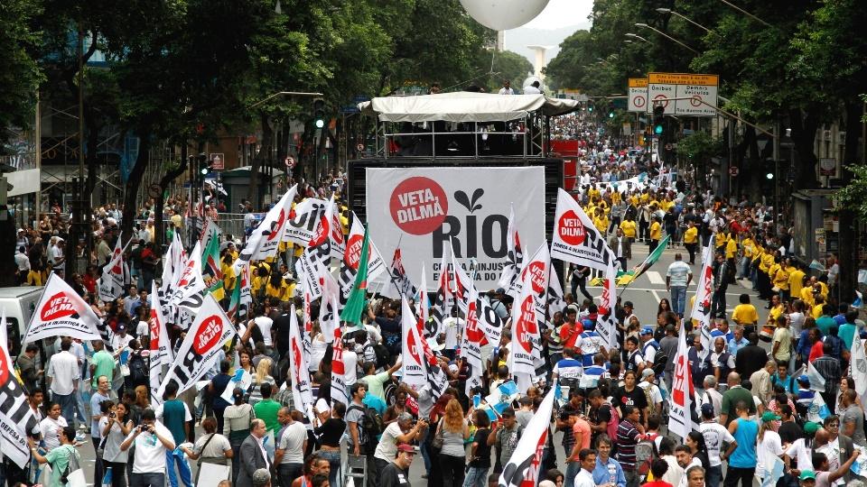 -no-centro-do-rio-de-janeiro-nesta-segunda-feira-26-centenas-de-manifestantes-participam-do-ato-na-avenida-rio-branco-que-foi-1353951455873_1920x1080_1354021768.64.jpg