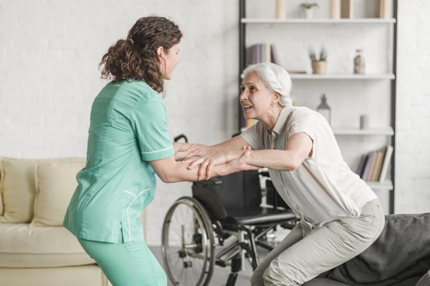 Enfermeira_Segurando_Incapacitado_2_1550785528.45.jpg